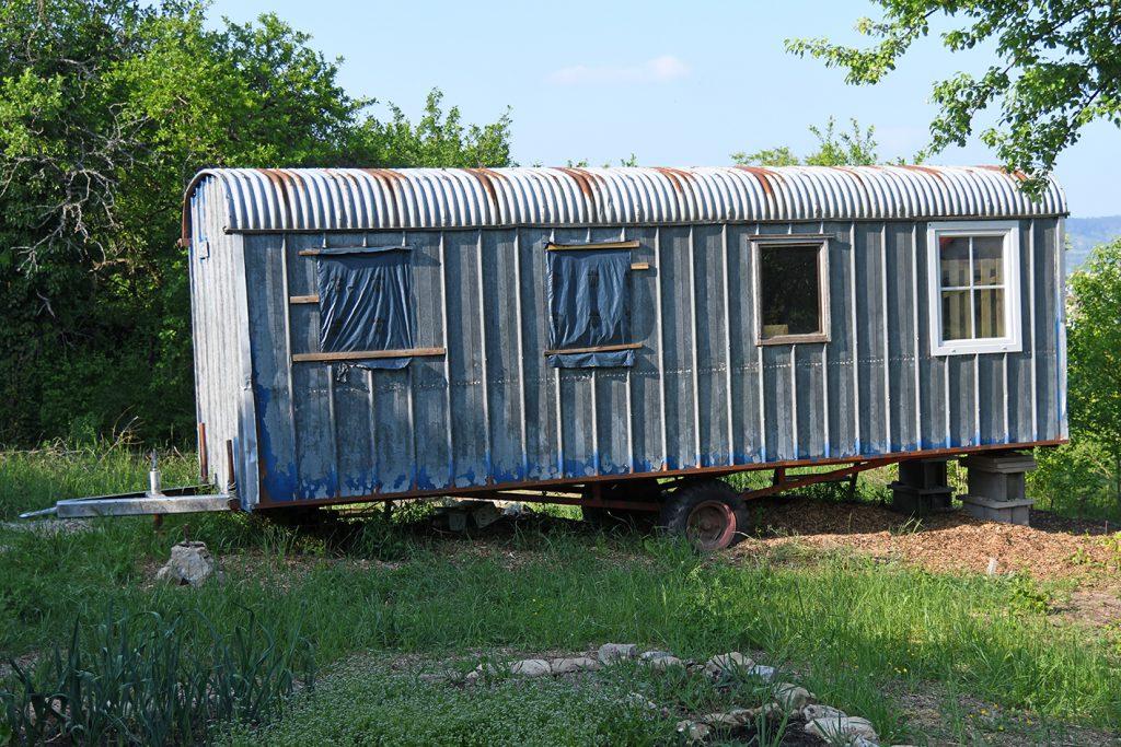 Alter Bauwagen im Garten der Begegnung